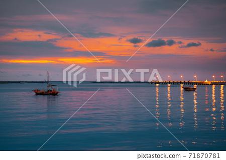 Sea views with boats and fish bridges at dusk. 71870781