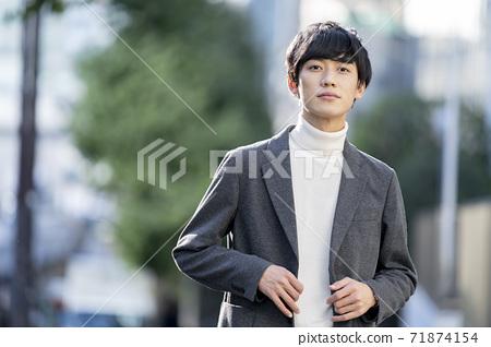 一個二十多歲的男人的肖像 71874154