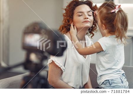 Mother with daughter shoots a beauty blog 71881784