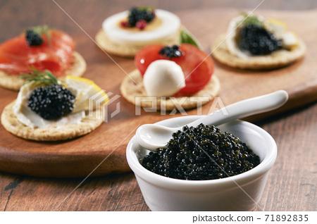 파티 요리 카나페 캐비어를 곁들여 71892835