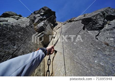 登山者的手抓住了富士山的鳳凰鏈。 71895948