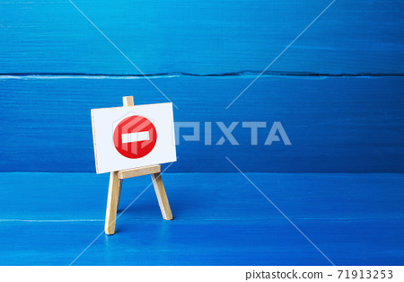 Easel with no entry symbol. Restrictive measures and lockdown quarantine, restricted area. Wrong decision, bad choice. Inadmissibility and unacceptability in society. Suspension of contract agreements 71913253