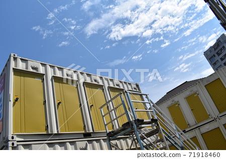 노란 트렁크와 하늘 71918460
