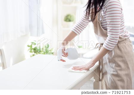 테이블을 살균하는 여성 (얼굴 없음) 71921753