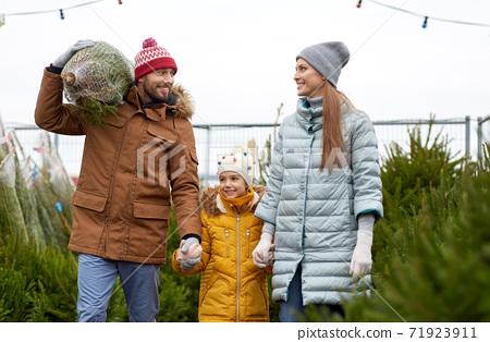 happy family buying christmas tree at market 71923911