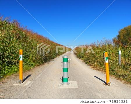 在秋天的江戶河岸邊的斜坡風景與汽車站 71932381