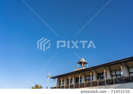 오래된 학교 지붕에있는 종 뾰족한 지붕 71933136