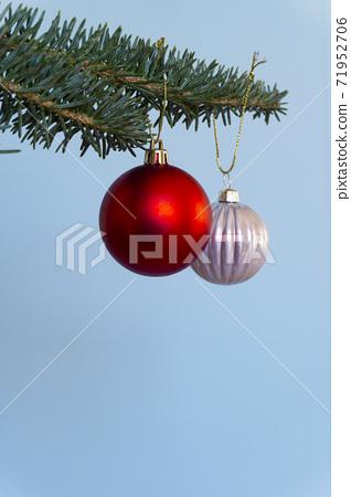 크리스마스 트리 매달려 크리스마스 공 71952706