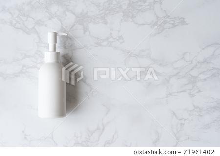 白瓶放在大理石桌上 71961402