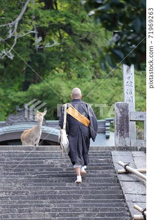 奈良東大寺二月堂樓梯上的僧侶和鹿 71969263