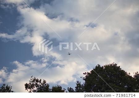 푸른 하늘과 구름 그리는 아름다움 71981714