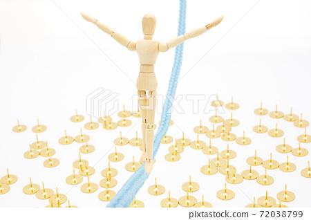 一個在繩子上平衡的地面上行走繩索的繪圖娃娃 72038799