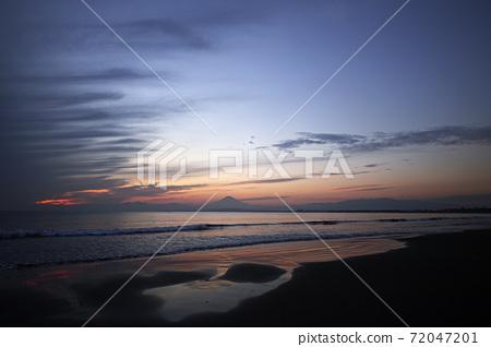 황혼의 카타 서해안의 물가 72047201