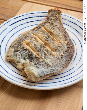 도자기 접시에 담긴 가자미 구이  72049537