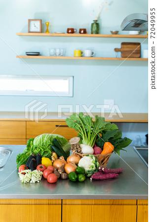 廚房裡排隊有很多蔬菜 72049955