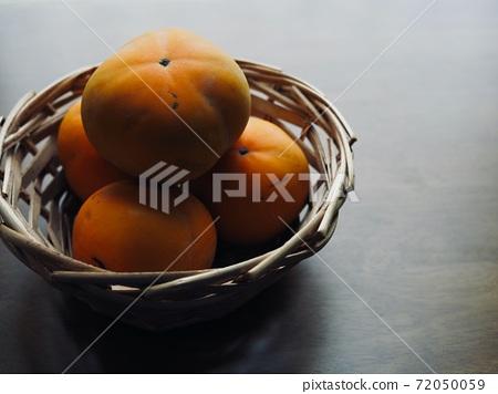 바구니에 담긴 신선한 유기농 과일 감  72050059