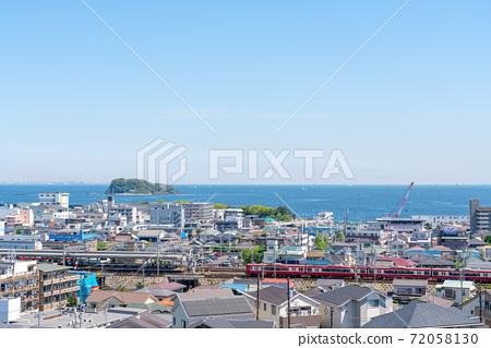 해안의 주택가를 달리는 기차 72058130