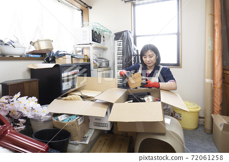 工人清理雜亂的房間 72061258