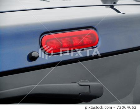後門上安裝了高位剎車燈 72064662