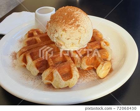 크로플 위에 시나몬 가루가 듬뿍 뿌려진 아이스크림 72068430