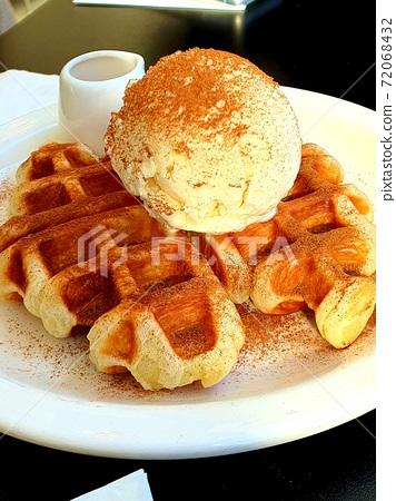 크로플 위에 시나몬 가루가 듬뿍 뿌려진 아이스크림  72068432