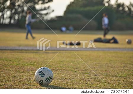 孩子們玩足球(圖) 72077544