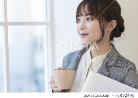 Beautiful business woman 72092449