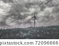 산등성이에서 구름낀날 풍차를 촬영 72096666
