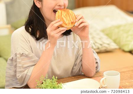 여성, 여자, 식사 72098413