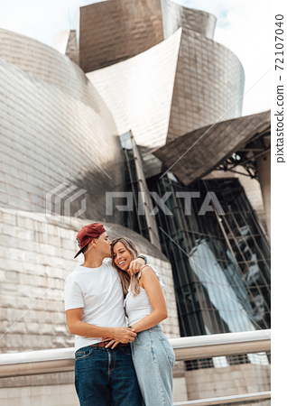 Couple visiting the Guggenheim museum in Bilbao 72107040