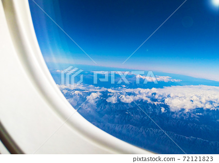 비행기 창문으로 보이는 투명한 푸른 하늘 속의 후지산 72121823