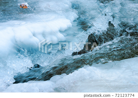 icy surface of frozen river. beautiful wet nature texture 72123774