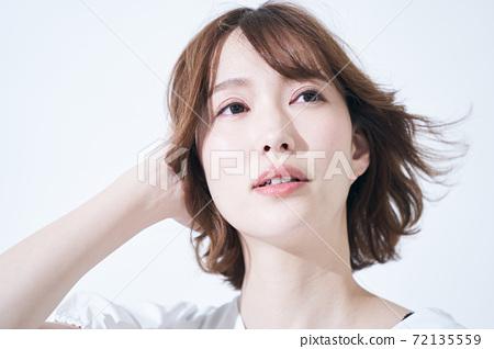 美容時尚自然時尚的年輕女子 72135559