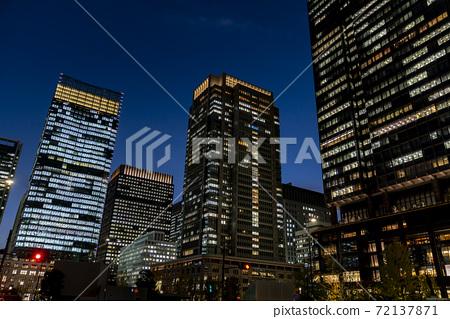 辦公樓區東京丸之內的夜景 72137871