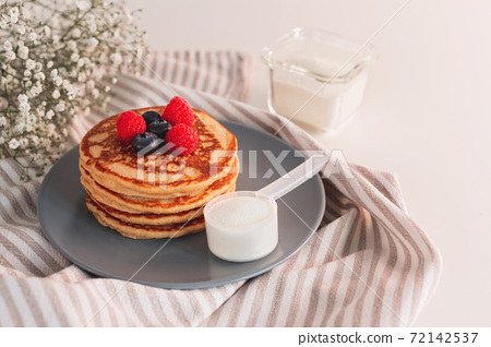 Pancakes made with collagen or protein powder. 72142537