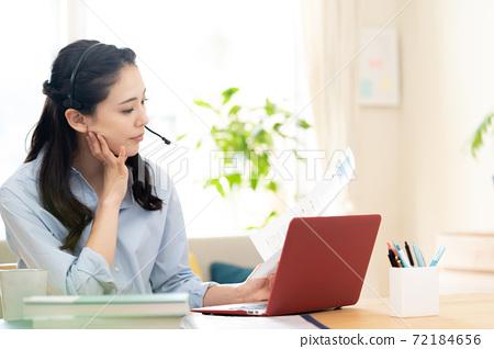 女人做遠程辦公 72184656