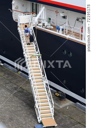 Passengers on board 72195178