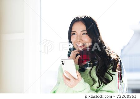 年輕女子智能手機搜索檔 72208563