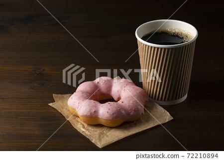 粉紅甜甜圈和咖啡 72210894