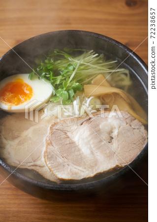 鹽拉麵配烤豬肉 72238657