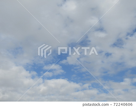 検見川 바닷가 겨울 푸른 하늘과 흰 구름 72240606
