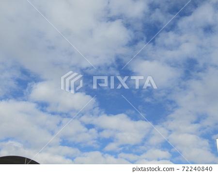 이나 게 해변 공원의 겨울의 푸른 하늘과 흰 구름 72240840