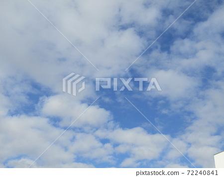 이나 게 해변 공원의 겨울의 푸른 하늘과 흰 구름 72240841