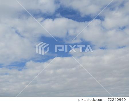 検見川 바닷가 겨울 푸른 하늘과 흰 구름 72240940
