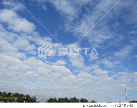 検見川 바닷가 겨울 푸른 하늘과 흰 구름 72240942