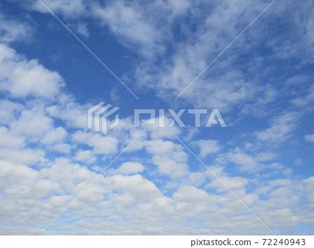 検見川 바닷가 겨울 푸른 하늘과 흰 구름 72240943