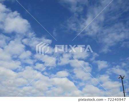 検見川 바닷가 겨울 푸른 하늘과 흰 구름 72240947