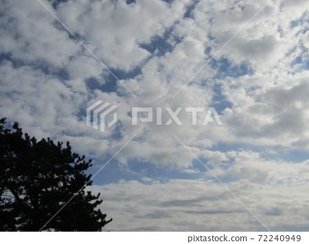 検見川 바닷가 겨울 푸른 하늘과 흰 구름 72240949