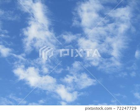 이나 게 해변 공원의 겨울의 푸른 하늘과 흰 구름 72247729