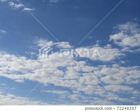 이나 게 해변 공원의 겨울의 푸른 하늘과 흰 구름 72248207